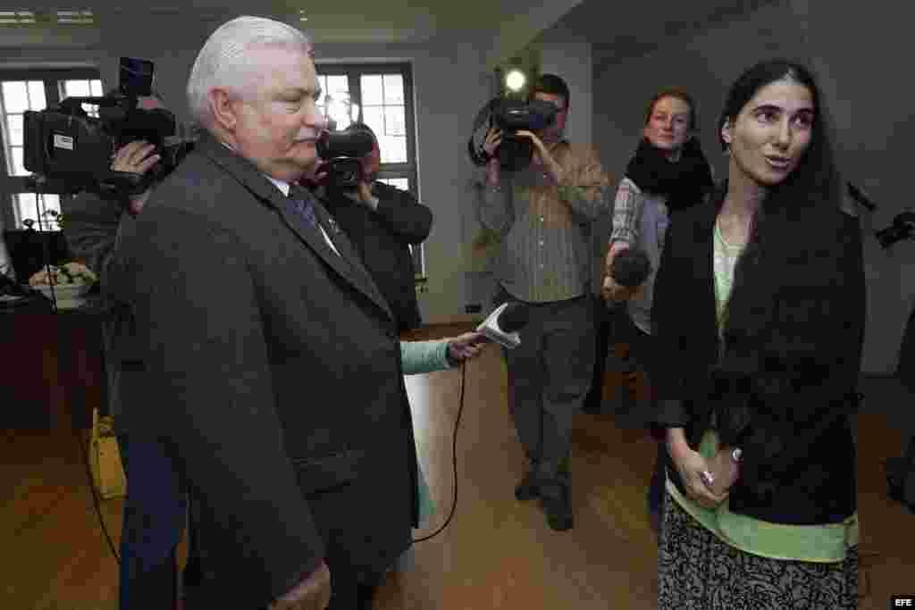 """AW102 GDANSK (POLONIA) 28/05/2013.- El expresidente polaco Lech Walesa (izq) recibe a la periodista y bloguera cubana Yoani Sánchez (der), autora del blog """"Generación Y"""", antes de su encuentro en Gdansk, Polonia, hoy lunes 28 de mayo de 2013. EFE/Adam War"""