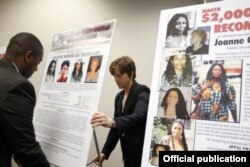 Funcionarios del FBI despliegan carteles al anunciar en mayo 2013 una recompensa de $1 millón por información que conduzca a la captura de Joanne Chesimard.