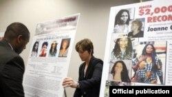 Funcionarios del FBI despliegan carteles al anunciar en mayo 2013 una recompensa de $2 millones por información que conduzca a la captura de Joanne Chesimard.