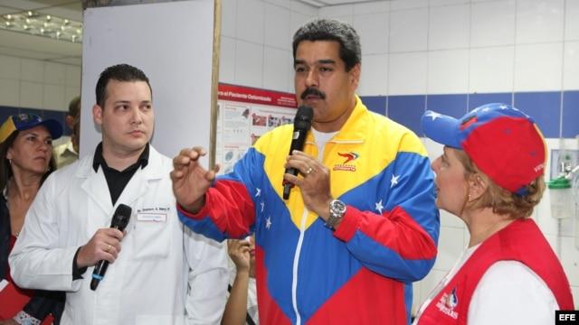 El vicepresidente venezolano, Nicolás Maduro (c), mientras habla en el Hospital de Coche en Caracas (Venezuela).