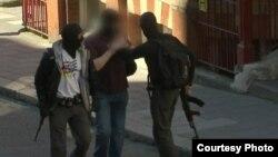 Un agente de la Policía Metropolitana de Londres viste una camiseta con la bandera de Cuba durante un simulacro terrorista.