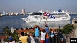 """Cubanos reciben al """"Adonia"""", el buque que abrió la primera línea de viajes de cruceros entre EEUU y Cuba. (Archivo)"""