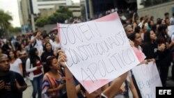 Jóvenes venezolanos con opiniones encontradas acerca de elecciones