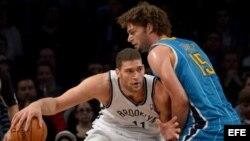 Foto archivo. Brook López de los Brooklyn Nets (i) es marcado por Robin López (d), cuando jugaba con los Charlotte Hornets, el 12 de marzo de 2013, en el Barclays Center de Brooklyn, Nueva York.