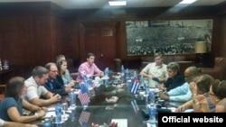 El congresista Rodney Davis (c-i) formó parte de una misión comercial a Cuba del estado de Illinois.