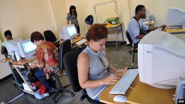"""Fotografía de archivo. Varias personas consultan """"internet"""" en una sala de navegación, perteneciente a la empresa estatal Correos de Cuba, en La Habana."""