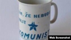 Taza que recuerda la época comunista en la antigua Checoslovaquia