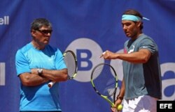 (i-e) Toni Nadal y Rafa Nadal (i) durante un entrenamiento.
