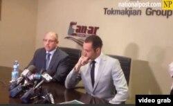 Lee Hacker (i), financista de Grupo Tokmakjian, y Raffi Tokmakhian, hijo del empresario preso en Cuba durante una rueda de prensa.