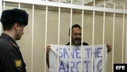 Fotografía facilitada por Greenpeace del activista sueco de la organización Dimitri Litvinov mientras asiste a una vista de su juicio desde una celda en el tribunal Kalininskiy de San Petersburgo (Rusia).