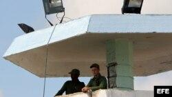Vista de una torre de seguridad en una prisión de Cuba (Archivo)