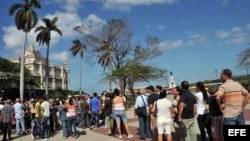 Cientos de cubanos en cola en el consulado de España, en La Habana, para solicitar la nacionalidad española.
