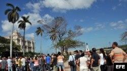 Cientos de cubanos hacen cola en el consulado de España en La Habana para solicitar la nacionalidad española.