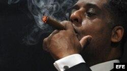 el empresario cubanoamericano Hugo Cancio fuma un tabaco en la clausura del XVI Festival del Habano.