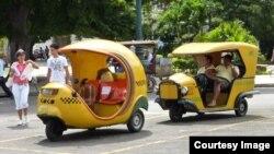 """El """"cocotaxi"""", un vehículo para turistas que circula en La Habana. Foto: Carlos Reusser"""