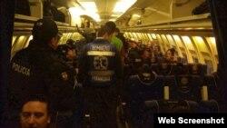 Cubanos son deportados a la isla en un avión de la Fuerza Aérea ecuatoriana. (Foto: Ministerio del Interior de Ecuador)