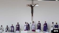 El papa Benedicto XVI (c) ofició una misa el domingo 25 de marzo de 2012, en el Parque del Bicentenario de Silao, México, a la que asistieron 250 cardenales y obispos y los presidentes de las 22 Conferencias episcopales de América Latina y del Caribe.