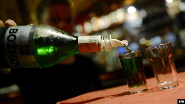 Una mujer sirve un vaso de alcohol en Praga, República Checa.