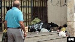 Dos niños duermen en una calle de Asunción.
