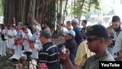 Reporta Cuba. Reporteros independientes cubren actividades de la oposición, en el parque Gandhi. Con gorra oscura, Serafín Morán.