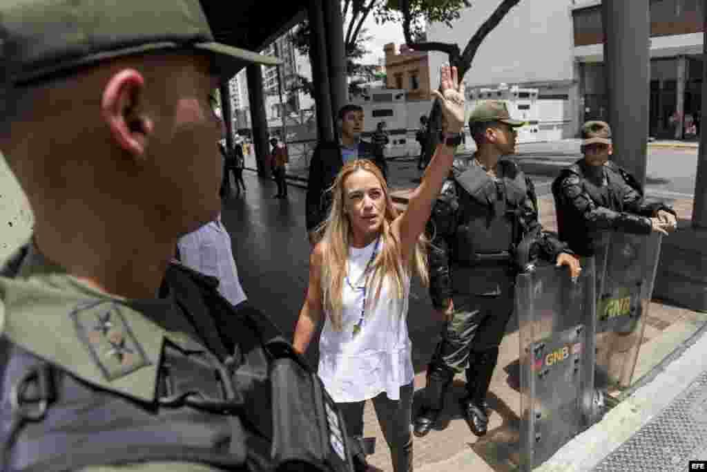 Lilian Tintori (c), esposa del dirigente politico opositor Leopoldo López.