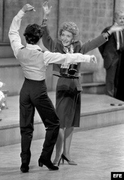 Nancy Reagan baila, en 1985, con uno de los alumnos de la Escuela de Danza del Teatro Real de Madrid.