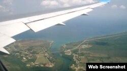 Un avión sobrevuela la bahía de Matanzas, antes de aterrizar en el Aeropuerto Juan Gualberto Gómez, de Varadero.