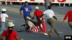 Daniel Llorente fue detenido violentamente el 1 de mayo por varios hombres vestidos de civil en La Habana.