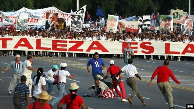 Daniel Llorente es detenido cuando desfila con bandera de EEUU por la Plaza José Martí