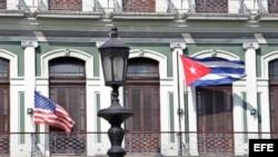 Las banderas de Estados Unidos y Cuba ondean en los balcones de un hotel en La Habana.