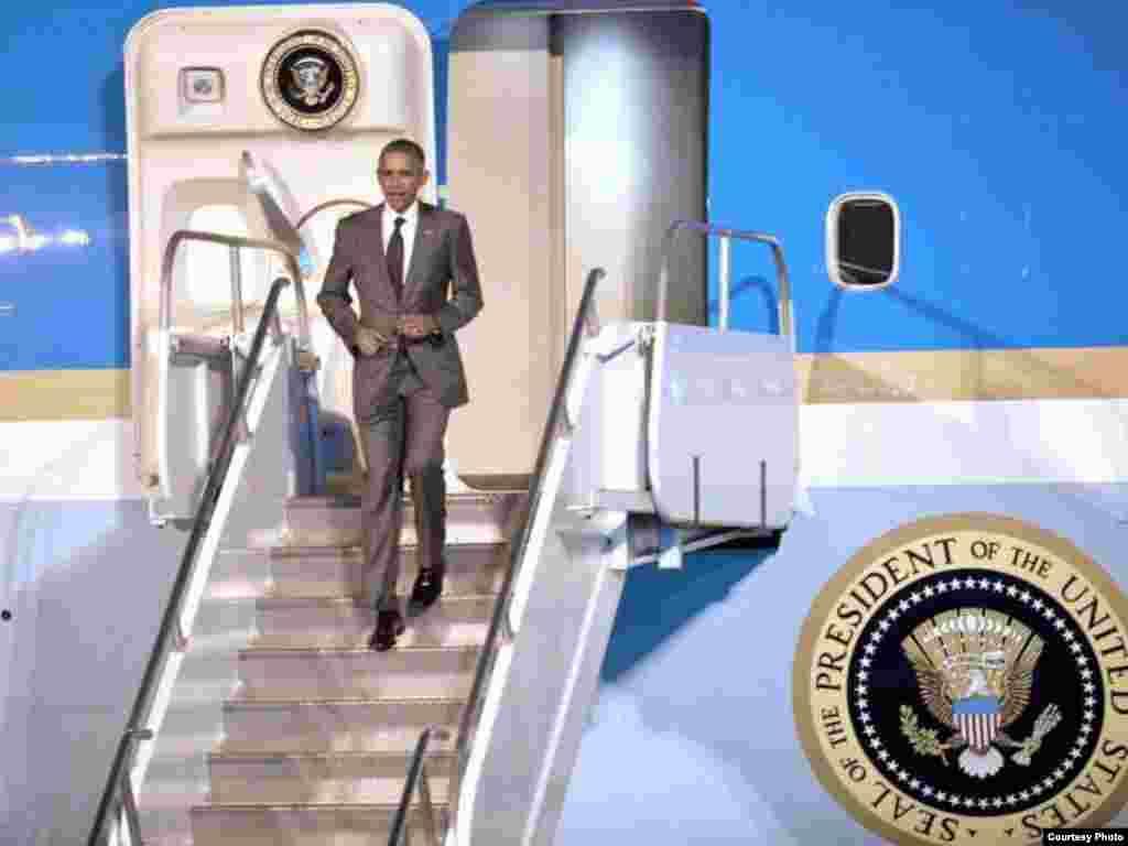 El presidente Barack Obama desciende del avión Air Force One en el aeropuerto de Tocumen, Panamá.