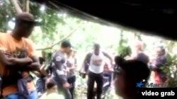Un migrante cubano en muletas es aplaudido cuando consigue alcanzar a decenas de compatriotas apostados en la Loma de La Miel, fronteriza entre Colombia y Panamá.