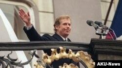 Havel ante los ciudadanos de Praga tras haber jurado como presidente de Checoslovaquia.