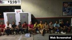 Los 13 cubanos que arribaron a Key Largo este domingo. (Foto: Monroe County Police)