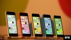 Vista de los nuevos modelos de Apple iPhone 5C que se exhiben en una tienda Apple en Berlín, Alemania.