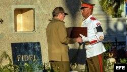 Raúl Castro coloca en la tumba la urna con las cenizas de Fidel Castro, en el cementerio Santa Ifigenia.