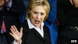 La precandidata demócrata Hillary Clinton saluda a sus seguidores.