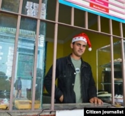 Un cuentapropista pone ambiente navideño a su puesto de helados (Cubanet)