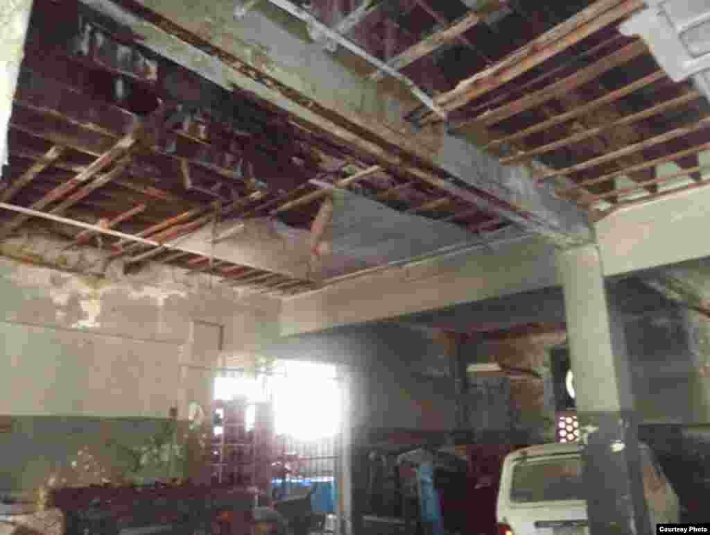 Primera planta del edificio en peligro de derrumbe ubicado en la calle E #353 entre 15 y 17 en el Vedado.