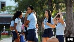 Un grupo de jóvenes de preuniversitario conversan antes de entrar a clases durante el primer día del año académico.