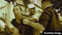 Durante la visita de Obama a Cuba, el reportero independiente Lázaro Yuri Valle fue sometido por las autoridades en plena vía pública.
