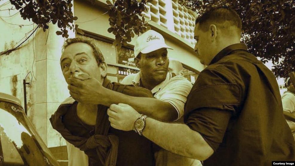 El periodista independiente Lázaro Yuri Valle fue sometido por las autoridades en plena vía pública durante la visita de Obama a Cuba.
