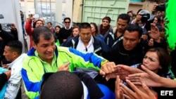 El presidente ecuatoriano y candidato por el movimiento político Alianza País, Rafael Correa (i), saluda a simpatizantes hoy, jueves 14 de febrero de 2013.