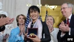 La líder opositora birmana Aung San Suu Kyi recibe en Washington, la Medalla de Oro del Congreso estadounidense.