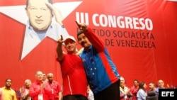 Fotografía cedida por la Presidencia de Miraflores que muestra al presidente venezolano Nicolás Maduro (d) junto al exjefe de la inteligencia militar Hugo Carvajal.