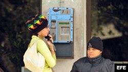 Algunos prefieren hacer sus gestiones personalmente antes que comunicarse por teléfono