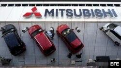Varios coches Mitsubishi se reflejan en el techo acristalado de la sede de Mitsubishi Motors Corp.'s en Tokio.