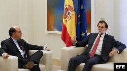 El presidente del Gobierno, Mariano Rajoy (d), durante la reunión que ha mantenido con el presidente de la Asamblea Nacional de Venezuela, Julio Borges (c), esta mañana en el Palacio de La Moncloa. EFE/Mariscal