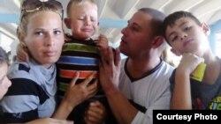 Con su esposa y dos de sus hijos en la prisión de Canaleta. Foto Cortesía de Disneidis Ortiz.