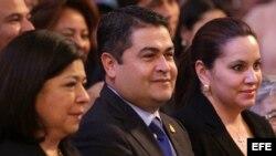 El presidente de Honduras, Juan Orlando Hernandez, centro. Foto de archivo